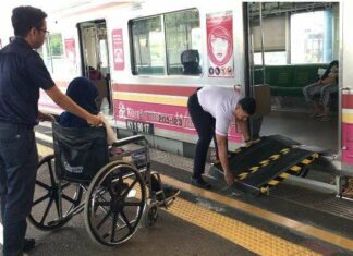 Uji Coba penggunaan Portable Ramp di Stasiun Juanda