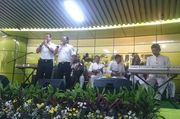 Didi Kempot saat perform menghibur Penumpang di stasiun gambir | Sumber: Sindo News