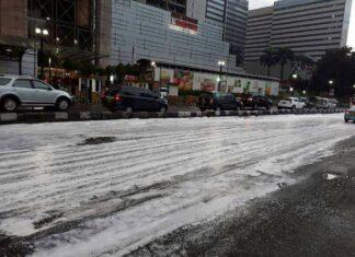 """""""Salju"""" yang tumpah di jalan (Twitter / @Ramboganteng2)"""