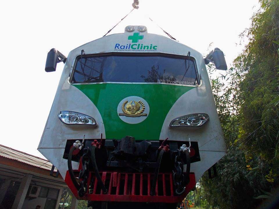 Rail Clinic 3 sedang diangkat menggunakan crane di Stasiun Pidada ( Ikhwan Perdana Berialldy / Baradipat )