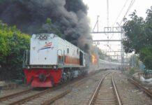 KA Walahar Ekspress (Tanjung Priok - Purwakarta) terbakar hebat paca menabrak pickup (Facebook / M Fajar Widianto - Indonesian Railfans)