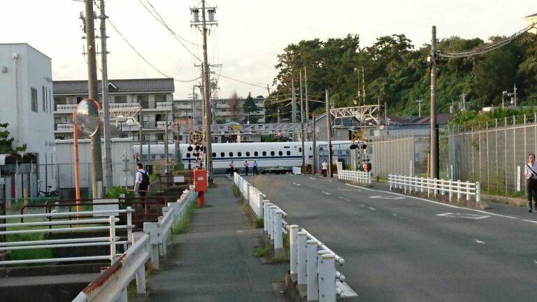 Shinkansen anjlok dan menutupi perlintasan sebidang di Hamamatsu
