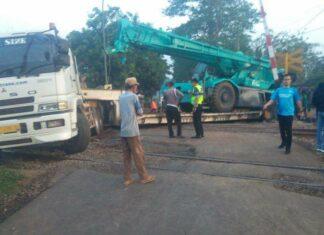 """Trailer Crane yang """"Nyangkut"""" di PJL 43 (Kereta api Kita)"""
