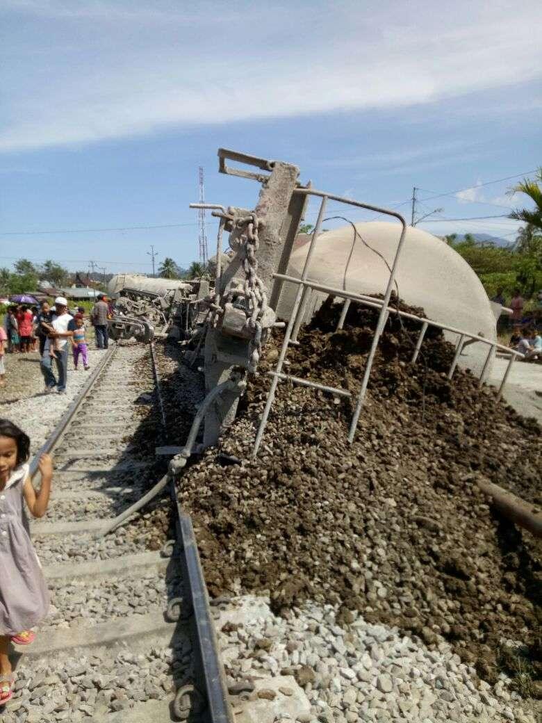 Gerbong angkutan semen yang terguling di stasiun Pauhlima   Sumber: Istimewa