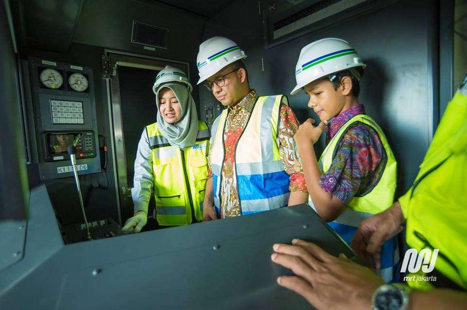 Anies Baswedan di dalam kabin MRT Jakarta | Dok. MRT Jakarta