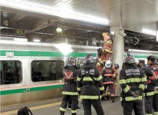Sejumlah petugas pemadam kebakaran yang tengah memeriksa dampak kebakaran pada rangkaian di peron stasiun Sendai. (Kahoku.jp)