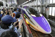 Sejumlah penggemar yang melepas perjalanan terakhir Shinkansen Evangelion | Sumber: Kyodo News