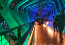Suasana diatas Jembatan Penyeberangan orang Gelora Bung Karno, Tampak lebih modis dan kekinian | foto: Bimo Prasetyo