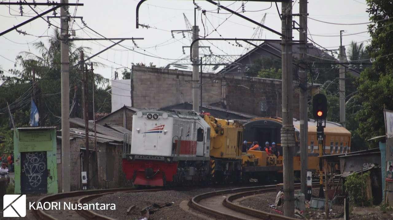 Crane Kirow Dipo Bandung melintas di petak jalan Bojong Gede - Cilebut