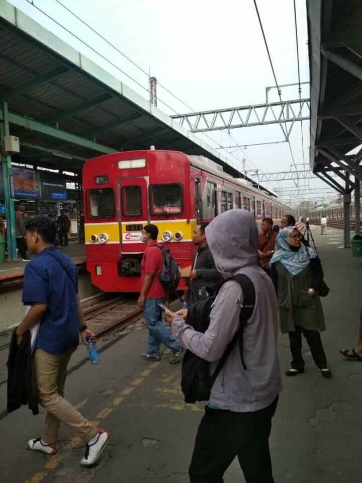 KRL seri 5000 rangkaian 5817F yang beroperasi sebagai KA 1071 pagi ini (KAORI Nusantara/Amri Bintang)