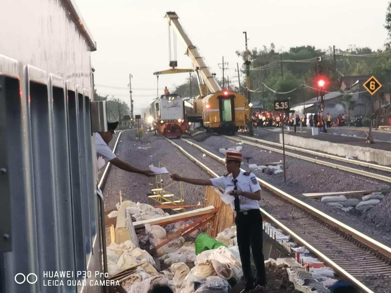 Kondisi rangkaian yang anjlok Rabu (04/11), Pagi | Foto : Aditya Eka