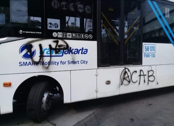 Bus Transjakarta yang menjadi korban vandalisme